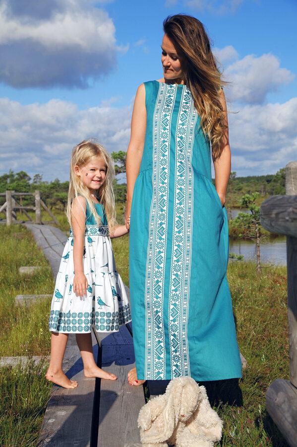 Smaragda garā kleita ar rakstu joslu